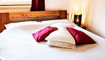 camera matrimoniale b&b casa sul lago arredi artigianali fatti a mano