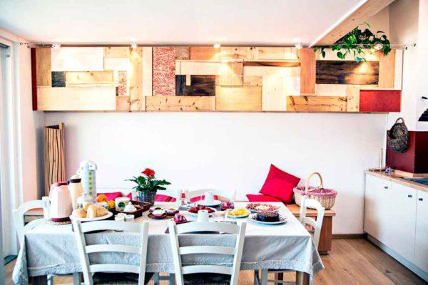 particolare della cucina in legno dell'appartamento lago nel b&b casa sul lago casa appartamenti sul lago di caldonazzo trentino
