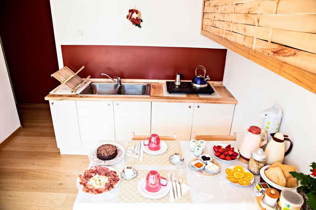particolare della cucina in legno dell'appartamento giardino nel b&b casa sul lago casa appartamenti sul lago di caldonazzo trentino