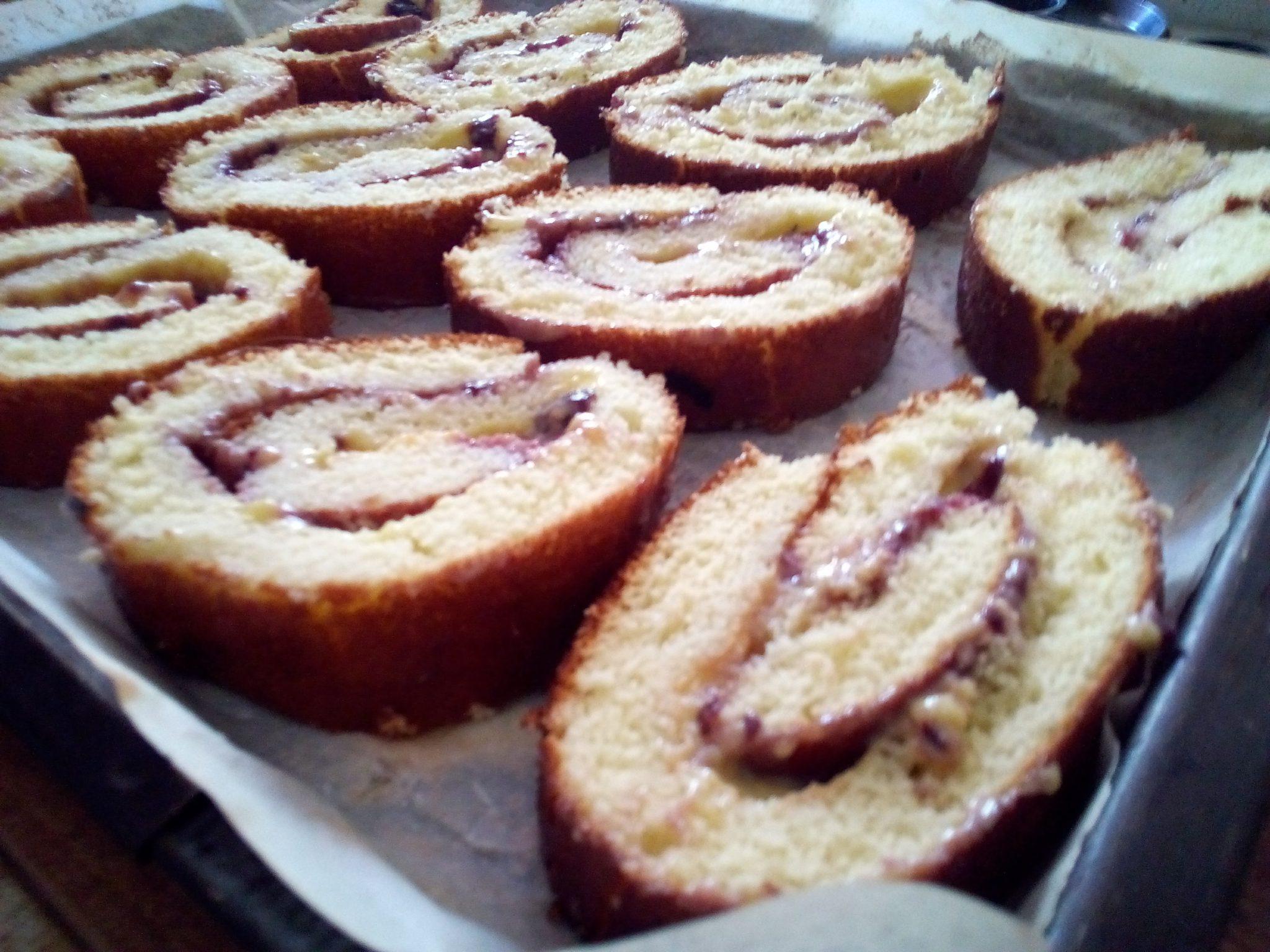 rotolo di pan di spagna e marmellata biologica di mirtilli