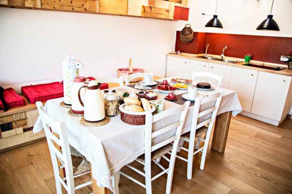 cucina dell'appartamento lago con mobili artigianali del b&b casa sul lago casa sul lago appartamenti sul lago di caldonazzo trentino