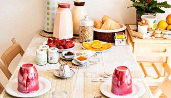 tavolo apparecchiato per le colazioni dell'appartamento giardino nel b&b casa sul lago casa sul lago appartamenti sul lago di caldonazzo trentino a pochi passi dal lago di caldonazzo