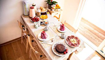 tavola apparecchiata per la colazione nell'appartamento giardino. torte fatte in casa con prodotti biologici locali a km zero per le colazioni del b&b casa sul lago casa sul lago appartamenti sul lago di caldonazzo trentino